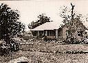 Maison de Yvan NOZERET à Kombe - Devant, le minibus VW de Camille COULON, Agent Territorial