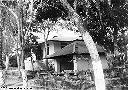 Notre première maison au pied de la colline descendant de Regina Pacis