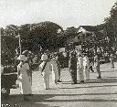 la Reine et les officiels sur l'esplanade