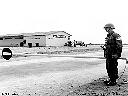 Soldat irlandais de garde à l'aéroport d'Albertville - 1/08/1960