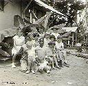 BENDERA - Enfants devant la roulotte de la famille Poulizac