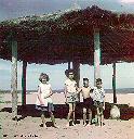 ALBERTVILLE 1958 - Paillotte de la plage et le lac Tanganyika