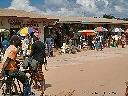 Marché à côté de la rivière Lukuga