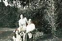 1946 - Papy, Suzie et moi dans le jardin à Kandefwe