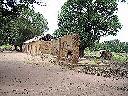 Une école primaire partiellement réparée (en usage)