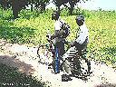 Déplacements à vélomoteur ou à bicyclette (plus de voitures) - Même pour le transport de lourdes charges