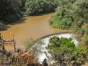 Vue sur la retenue d'eau et le barrage