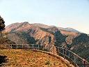 En montagne, belvédère sur la route supérieure menant au barrage