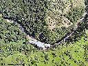 Vue aérienne de la centrale, en bordure de la rivière Kyimbi