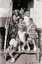 Bendera - Enfants sur l'escalier d'une roulotte d'habitation