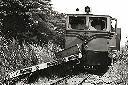 Le wagon plat précédait le convoi et la loco saccagée par les rebelles