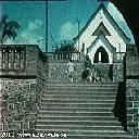 Escalier central et chapelle au fond