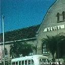 Vue vers l'aile gauche du bâtiment en façade
