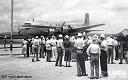 Léopoldville en 1949: des coloniaux attendent, sous un soleil tropical, l'arrivée en DC-6 de membres de la famille et d'amis